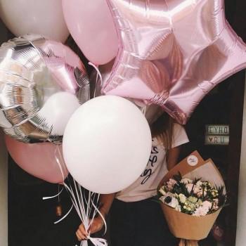 связка шаров с цветами